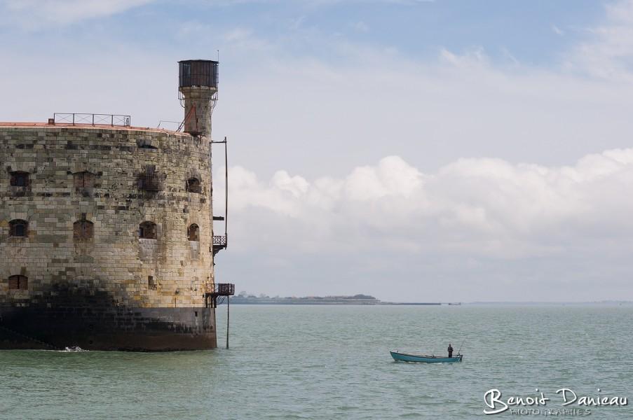 Petit bateau devant Fort Boyard